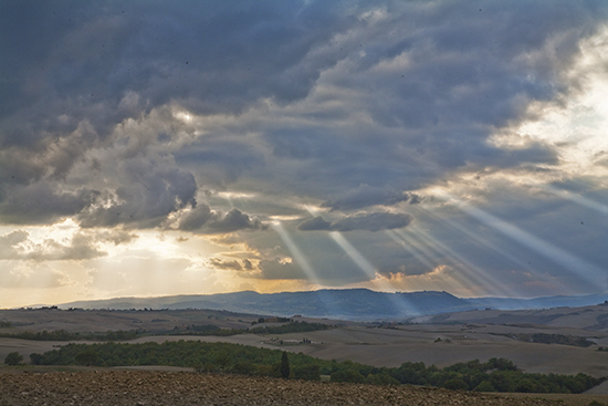 photo of crepuscular light in Tuscany.© J. Hulsey painting workshops in Italy